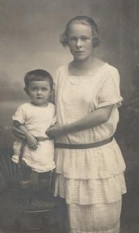 Eva se svou chůvou Lidkou Koblížkovou z Mistrovic, provdanou Kindlovou, 1924