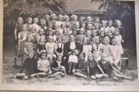 Třídní fotografie Vlasty Vaňoučkové - první zleva, v druhé řadě odspoda, 40. léta