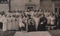 Vlasta Vaňoučková se spolužáky před místní farou - druhá zleva v druhé řadě, 40. léta