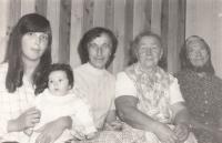 Pět generací - Marie Podařilová (uprostřed) se svou matkou, babičkou, dcerou a vnučkou (cca 1980)