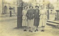 Marie Podařilová (druhá zprava) s přítelkyněmi v Bystřici (1954)