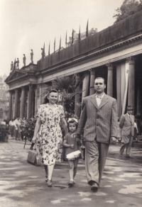 The Hajnýs with their daughter at colonade in Karlovy Vary