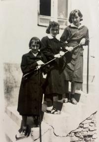Věra Suchopárova (vpravo) v dobách studia