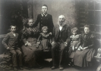 Srbovi z Českého Straklova. Patřili k první generaci přistěhovalců (1900). Z této rodiny pocházela maminka Věry Suchopárové (zřejmě nejmladší dcera uprostřed)
