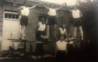 Sokolky v Českém Straklově – důkaz, že volynští Češi udržovali spolkový život i navzdory odloučení od své země, Věra Suchopárová druhá zleva, r. 1937
