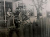 Skřivánkovi před svým stěhováním do Čech (1947)