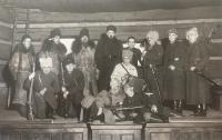Divadelní představení s názvem Jízdní hlídka ze 7. března 1936, Bohuslav Kořínek druhý zprava