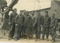 Pracovní skupina z lomu v Prachovicích v roce 1953, Zdeněk Brom je druhý z levé strany