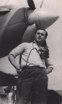Stanislav Hlučka - s letadlem Spitfire 9