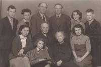 Zleva bratranec Zdeněk Štěpánek, sestřenice Věra Henzlová, maminčin bratr Zdeněk Štěpánek st., Bohuslav Kořínek, sestřenice Květa Nádvorníková, bratr Miloslav Kořínek; dole Květa Štěpánková, Iva Bejčková roz. Kořínková, dědeček Adolf Štěpánek, babička Růžena Štěpánková a maminka Věra Kořínková, 1957