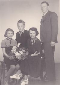 Kořínkovi opět pohromadě; tuto i většinu fotek zachytil ve svém ateliéru Adolf Štěpánek - dědeček pamětnice