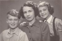 Neúplná rodina Kořínkova; tento a několik dalších snímků pořízeny dědečkem a fotografem Adolfem Štěpánkem v době, kdy byl otec rodiny vězněn