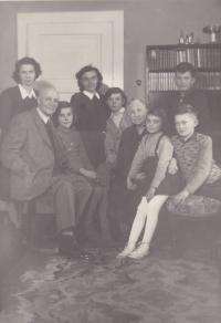 Vyfoceno ve vile Kořínkových, Iva Bejčková druhá zprava, vedle svého bratra