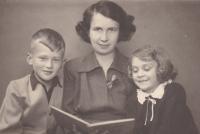 V době, kdy byl jejich otec Bohuslav Kořínek vězněn