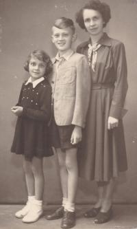 Do pardubické věznice posílala osiřelá rodina otci aktuální fotografie pořízené dědečkem Adolfem Štěpánkem