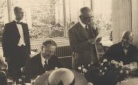 Strýc Bohumil Zych (vlevo) obsluhuje prezidenta Beneše po válce