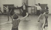 V tělocvičně s dětmi v České Třebové, 1964