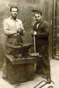 Kovář Jan Svoboda, otec Věry Grögerové (vlevo)