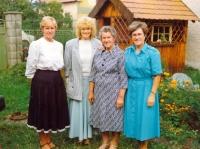 Věra Grögerová (zcela vpravo) se sestrami