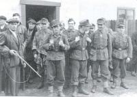 Jan Svoboda, otec pamětnice (vlevo s puškou), se zajatými německými vojáky na konci války v Konětopech