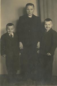 Zdeněk Brom s bratry, první z pravé strany