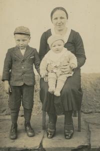 Zdeněk Brom (vlevo) s rodinou
