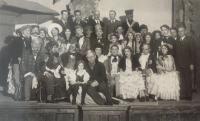 Bohuslav Kořínek patřil k činovníkům chotěbořského ochotnického divadla. B. Kořínek ve spodní řadě čtvrtý zprava, Fidlovačka, 26. prosince 1934