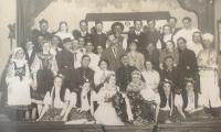 Hromadná fotka ochotníků z Chotěboře, Bohuslav Kořínek v druhé řadě, první zprava. Divadelní představení Odtroubeno, které se odehrálo 1. a 8. května 1937