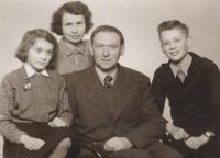 Kořínkovi v roce 1957, rok po návratu otce z vězení