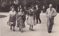 Vpravo Bohuslav Kořínek na lázeňském pobytu, 1957