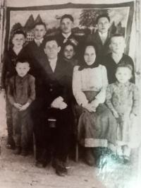 Rodinná fotografie - Hanna Petrivna jako malé děvčátko uprostřed