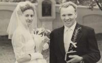 Svatební fotografie rodičů pamětnice