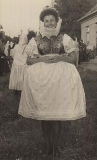 Maminka pamětnice Karla Florianová jako mladá dívka, v žarošickém kroji
