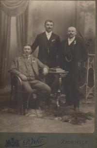 Jonáš Florian (uprostřed), pradědeček pamětnice