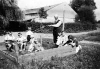 Děda Jiřího Bárty z matčiny strany s dětmi na statku v Porubě