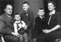 Bohumila a Bohuš Bártovi se syny. Jiří stojí vedle matky / 40. léta