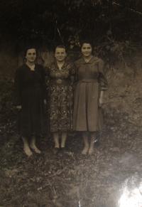 Hanna Petrivna Jankovska (vlevo) s kamarádkami