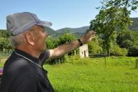 Albín Jankulík v Hornej Strednej, ukazuje smer, odkiaľ prechádzali partizáni a Nemci (smer Zliechov a Valaská Belá)
