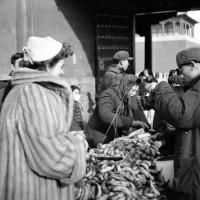 Květa Dostálová na tržnici / Čína / polovina 50. let