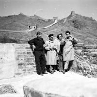 Květa a Ivo Dostálovi - zprava - na Čínské zdi / Čína / polovina 50. let