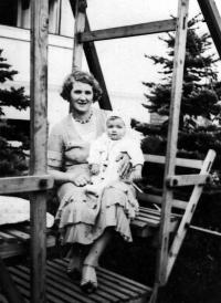Květa Dostálová se svou maminkou Marií Olbrichovou / Klimkovice / 1934