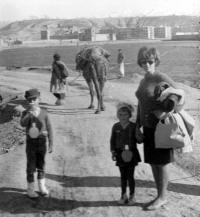 Květa Dostálová s dětmi Ivanou a Jiřím v Kábulu / Afghánistán / 1967