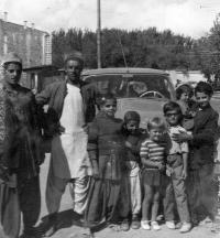 Děti Květy Dostálové s obyvateli Kábulu / Afghánistán / 1967
