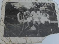 Fotografie dětí Jaromíra, Věry, Hany a Aleny, kterou u sebe ve vězení ukrýval otec Jaromír Martinec