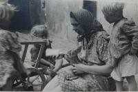 Matka Anna Martincová zachraňuje kolouška, jehož matku zastřelili sovětští vojáci v květnu 1945