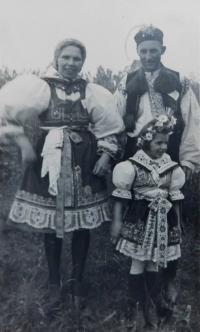 Rodiče s dcerou Annou během slavnosti ke sjednocení tělovýchovy v roce 1946 v Moravičanech