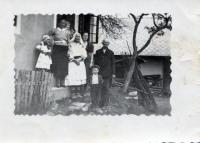 Albínov pradedko  z otcovej strany Ján Jankulík (*1855) s rodinou má najstarší pomník na cintoríne v Košeckom Rovnom (1939)
