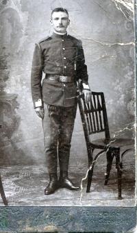 Albínov pradedko z maminej strany p. Korbeľ. Padol v 1. svetovej vojne na Balkáne, pochádzal zo Zliechova