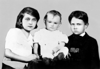 Leonid Dohovič (vpravo) na snímke z doby druhej svetovej vojny so svojimi sestrami
