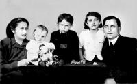Leonid Dohovič (uprostred) na snímke z doby druhej svetovej vojny s otcom a sestrami, snímka pochádza z doby okolo roku 1940
